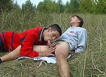 Twinks go for outdoor oral session